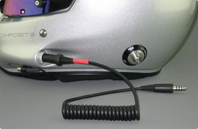 Stilo Helm mit angesteckten Adapterkabel